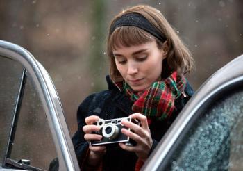 Rooney-Mara-Carol snow car.jpg
