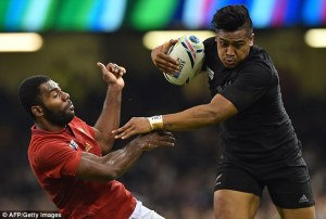 2D82DCD100000578-0-Savea_right_swats_France_s_wing_Noa_Nakaitaci_left_away_on_his_w-a-169_1445200683395